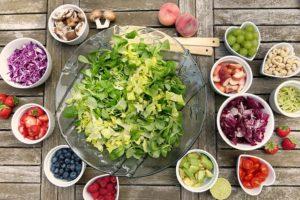 Salat mit dressing und weiterem gemüse