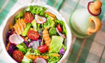salat mit Salatschleuder zubereitet